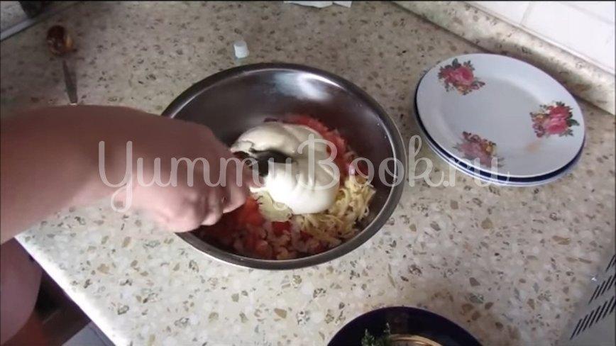 Салат с крабовыми палочками, сыром и помидорами - шаг 3