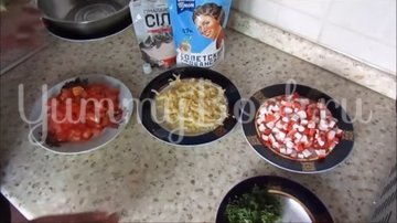 Салат с крабовыми палочками, сыром и помидорами - шаг 2