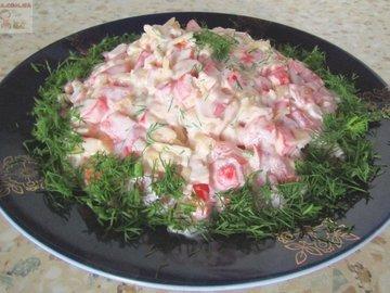 Салат с крабовыми палочками, сыром и помидорами