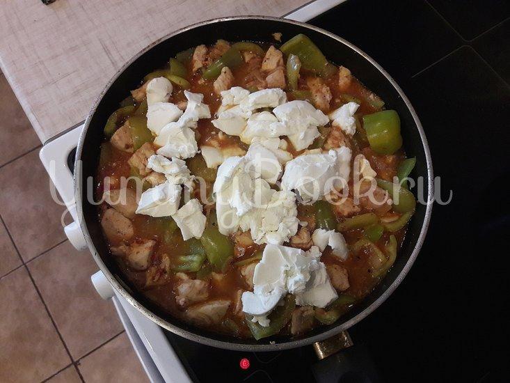 Куриное филе с болгарскими перцами в соусе с фетой - шаг 9