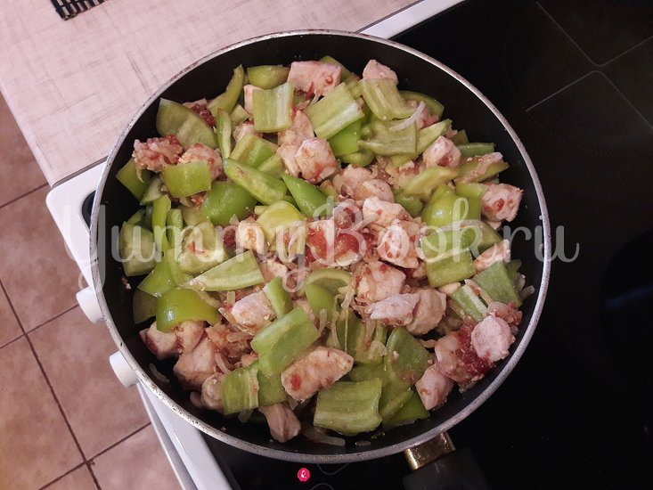 Куриное филе с болгарскими перцами в соусе с фетой - шаг 7