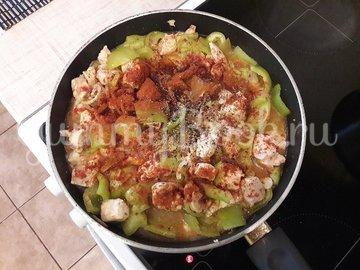 Куриное филе с болгарскими перцами в соусе с фетой - шаг 8