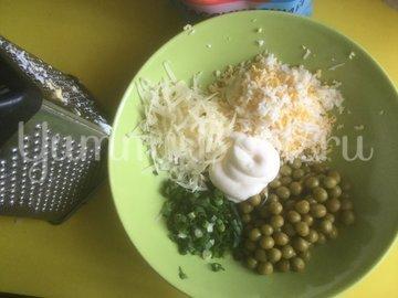 Салат с сыром и горошком - шаг 1