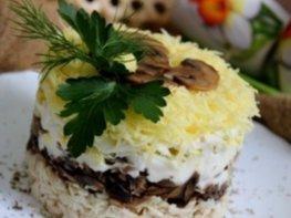 Салат с курицей, шампиньонами и сыром