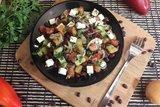 Салат со свежими овощами, фасолью и фетой
