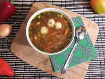 """""""Тройной"""" томатный суп с куриными фрикадельками"""