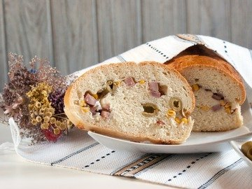 Хлеб с оливками, кукурузой и ветчиной