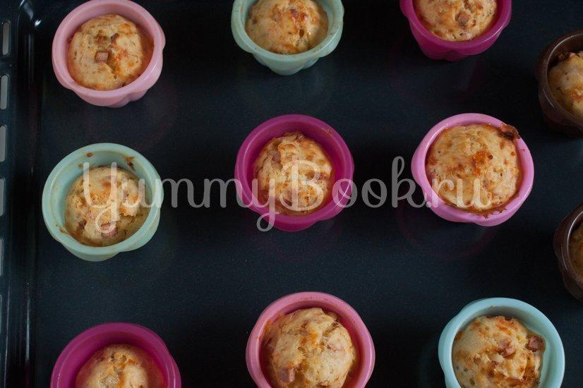 Маффины с колбасой, сыром и томатами - шаг 5