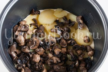 Наливной пирог с картофелем и грибами в мультиварке - шаг 7