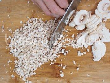 Говядина Веллингтон с грибами, запеченная в слоеном тесте - шаг 5