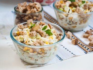 Салат из пекинской капусты, курицы и шампиньонов