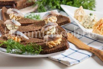 Бутерброды с ароматным маслом и сельдью - шаг 3