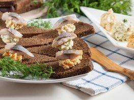 Бутерброды с ароматным маслом и сельдью