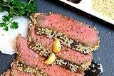 Стейк из говядины с васаби, соевым соусом и кунжутом