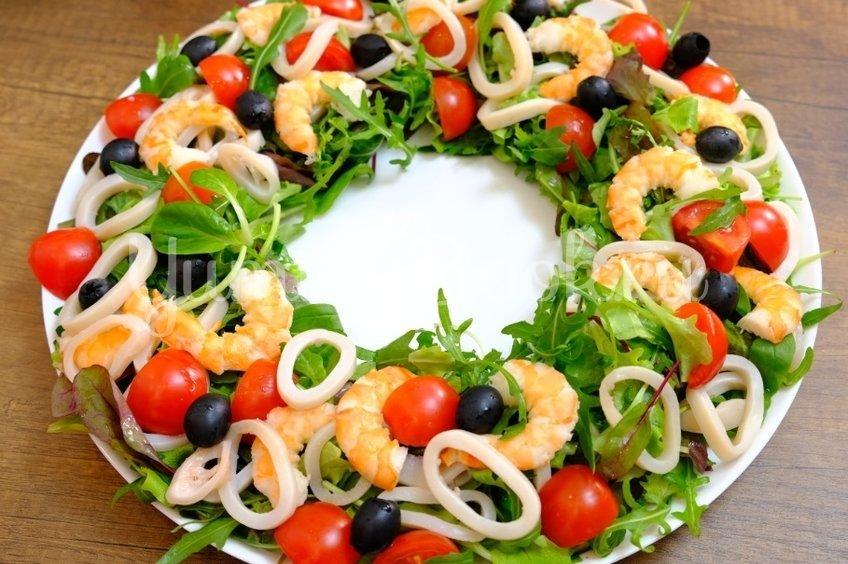 Салат с кальмарами, креветками и новым соусом