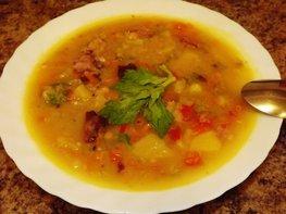 Пряный гороховый суп-похлебка с овощами и копчеными ребрышками