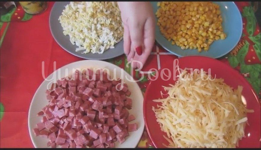 Салат с копченой колбасой и кукурузой - шаг 2