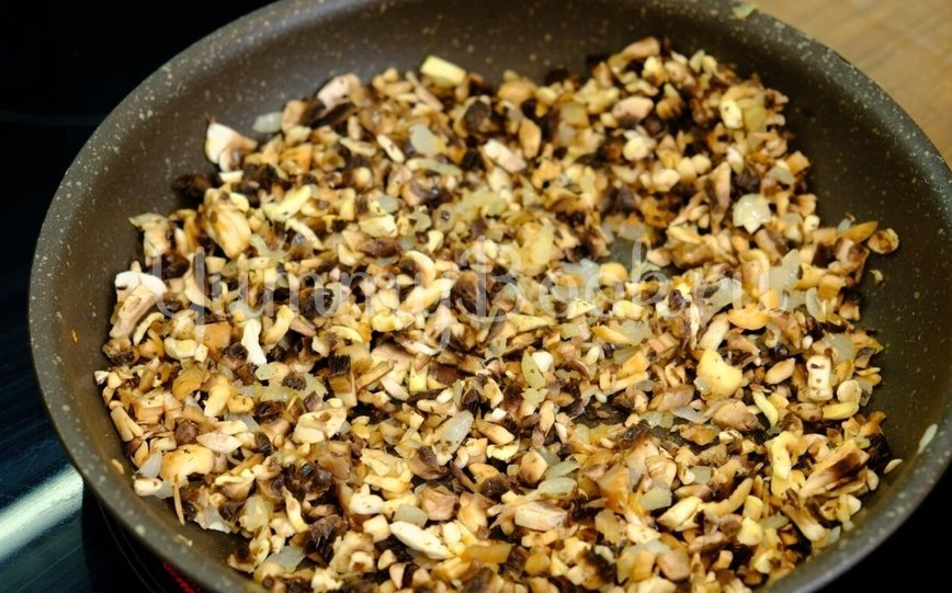 Куриный рулет с грибами и сыром  - шаг 3