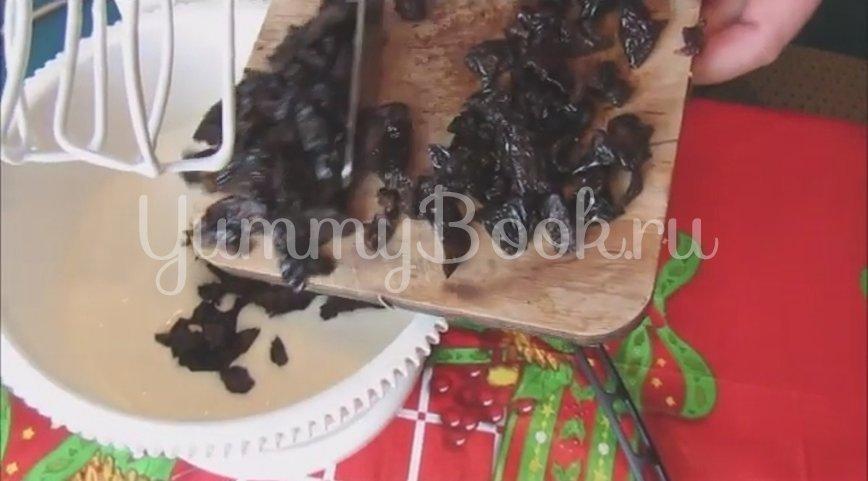 Торт на сгущенке со сметанным кремом и черносливом - шаг 5