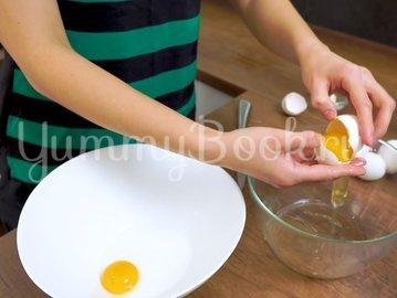 Пышный омлет Пуляр на сковороде - шаг 1