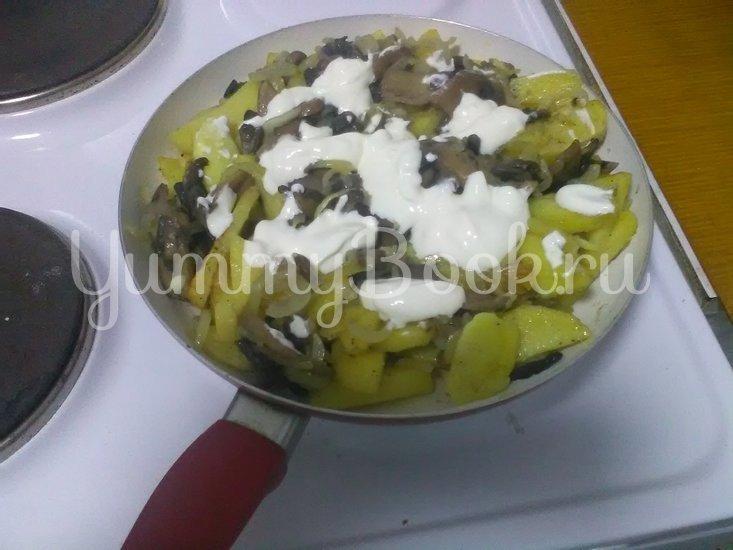 Картошка с грибами, тушенная в сметане - шаг 8