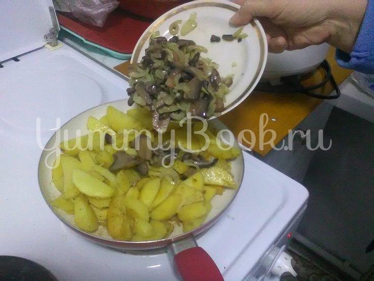 Картошка с грибами, тушенная в сметане - шаг 7