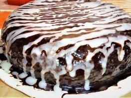 Шоколадный торт с вишней и кремом