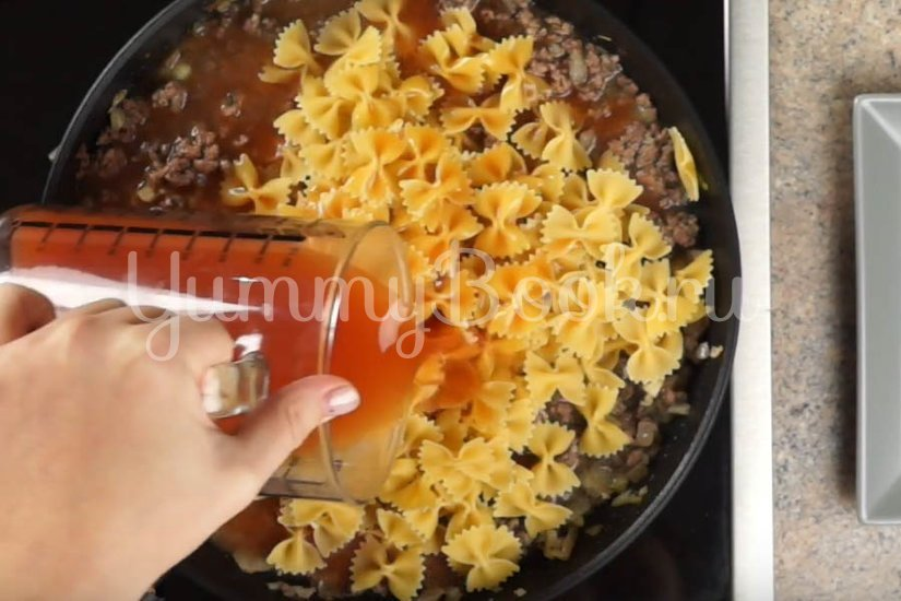 Макароны с фаршем в томатном соусе на сковороде  - шаг 3