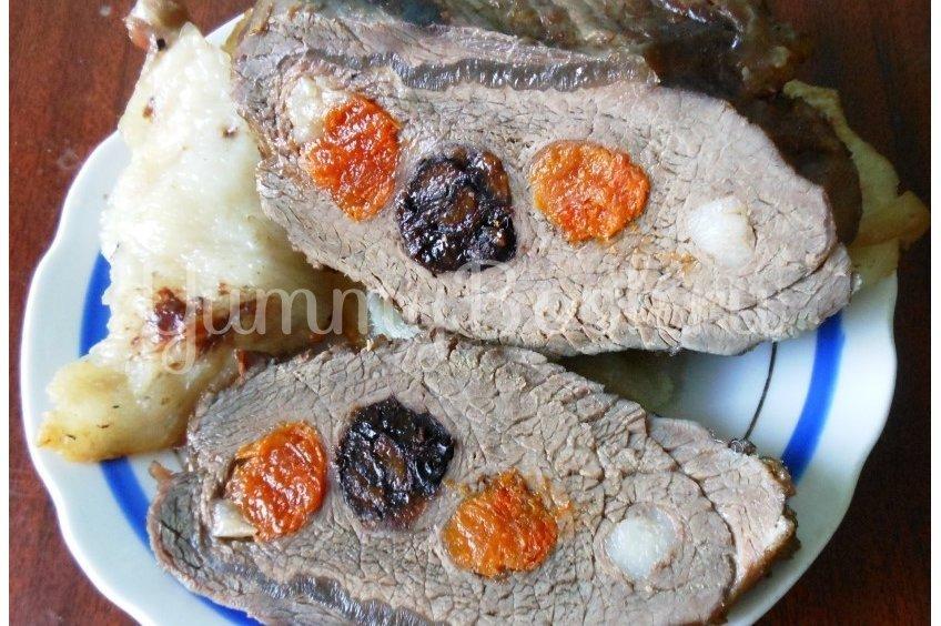 Говядина с сухофруктами, запечённая в фольге