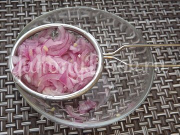 Винегрет с красной фасолью и маринованным луком - шаг 8