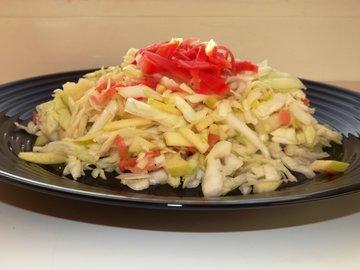 Салат из свежей капусты с имбирем и яблоком