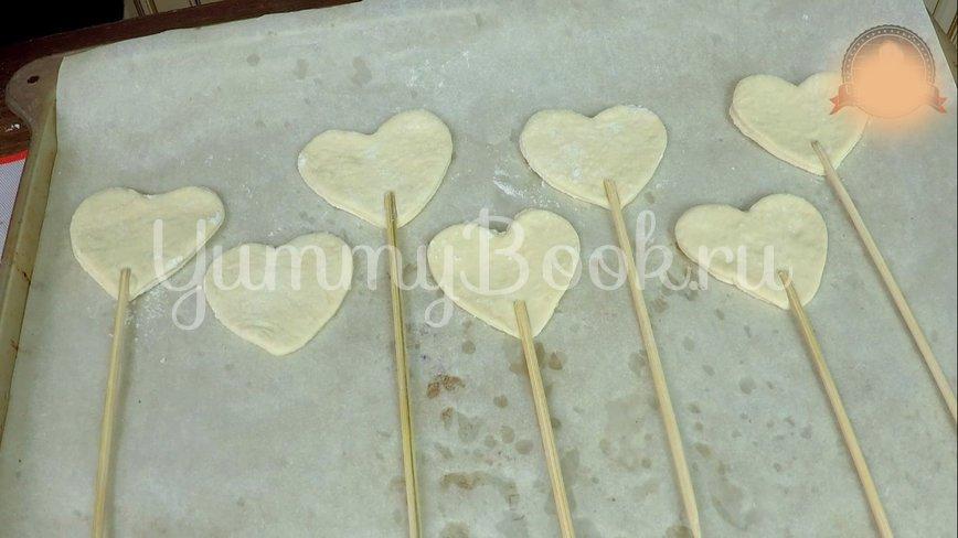 Пирожки из слоеного теста с вишней и яблоком - шаг 6