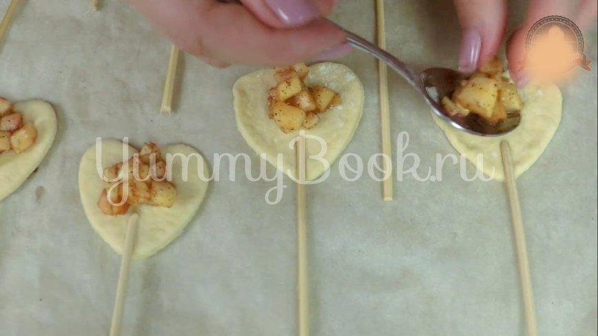 Пирожки из слоеного теста с вишней и яблоком - шаг 7