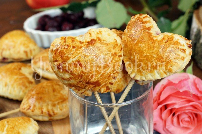 Пирожки из слоеного теста с вишней и яблоком