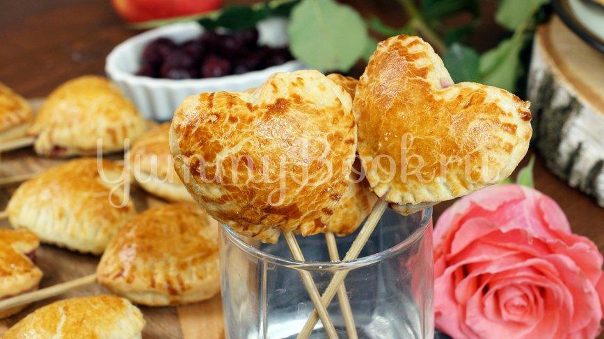 Пирожки из слоеного теста с вишней и яблоком - шаг 8