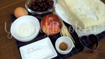 Пирожки из слоеного теста с вишней и яблоком - шаг 1