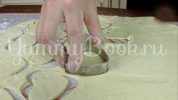 Пирожки из слоеного теста с вишней и яблоком - шаг 5
