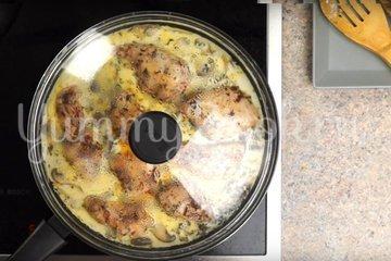 Макароны с курицей и грибами в сливочном соусе - шаг 4
