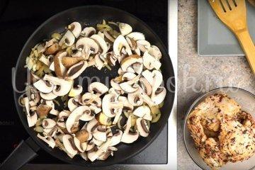 Макароны с курицей и грибами в сливочном соусе - шаг 3