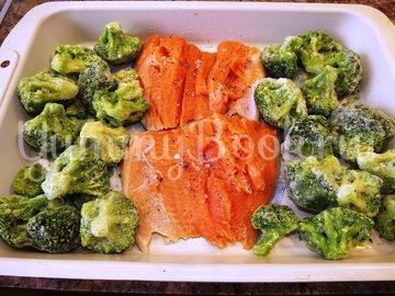 Форель запеченная с брокколи и зеленым горошком - шаг 2