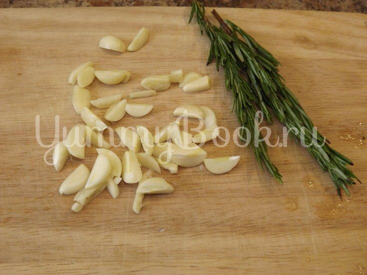 Картофель с розмарином и чесноком запеченный в рукаве - шаг 1
