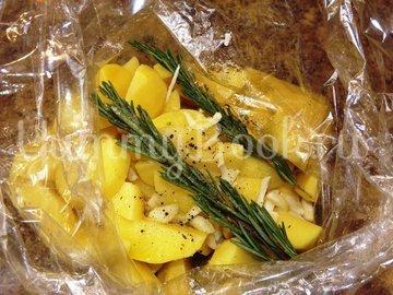 Картофель с розмарином и чесноком запеченный в рукаве - шаг 3
