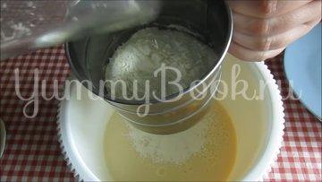 Нежный кекс с вишнёвыми цукатам на сгущённом молоке - шаг 3