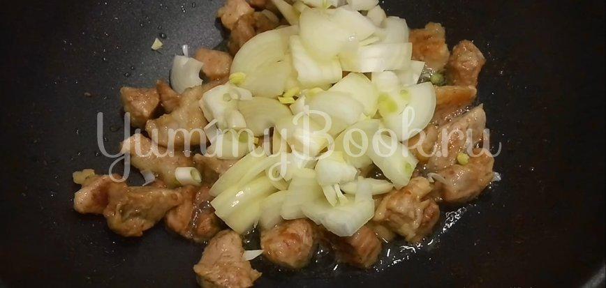 Томленое мясо с макаронами на сковороде - шаг 5