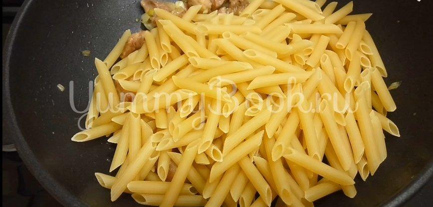 Томленое мясо с макаронами на сковороде - шаг 6