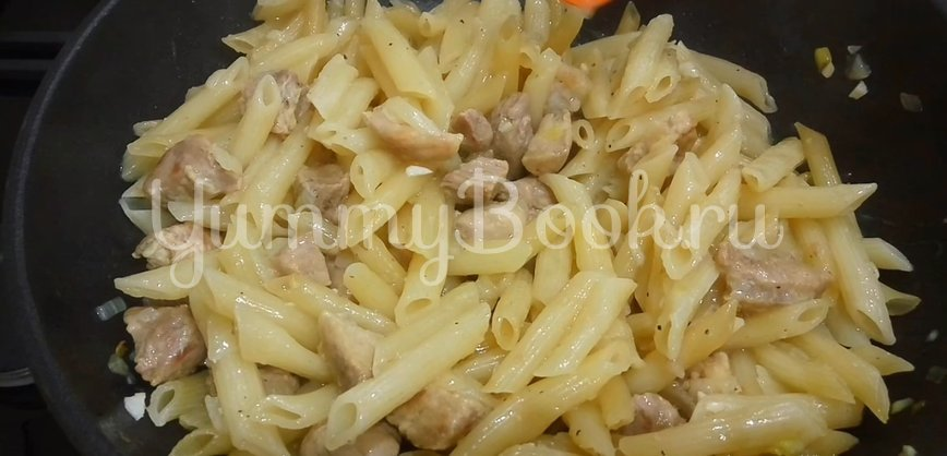 Томленое мясо с макаронами на сковороде - шаг 8