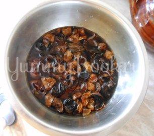 Суп с сушёными грибами и плавленным сырком в духовке - шаг 2