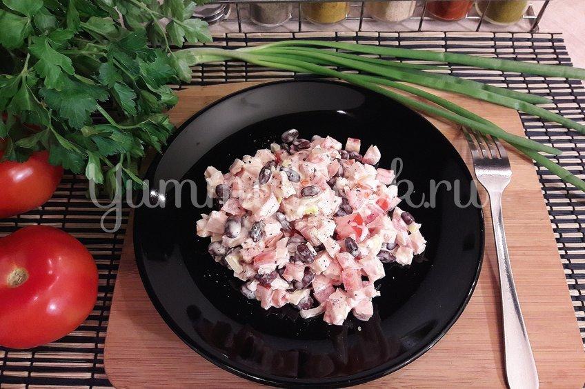 Салат из фасоли, копчёной курицы и помидора