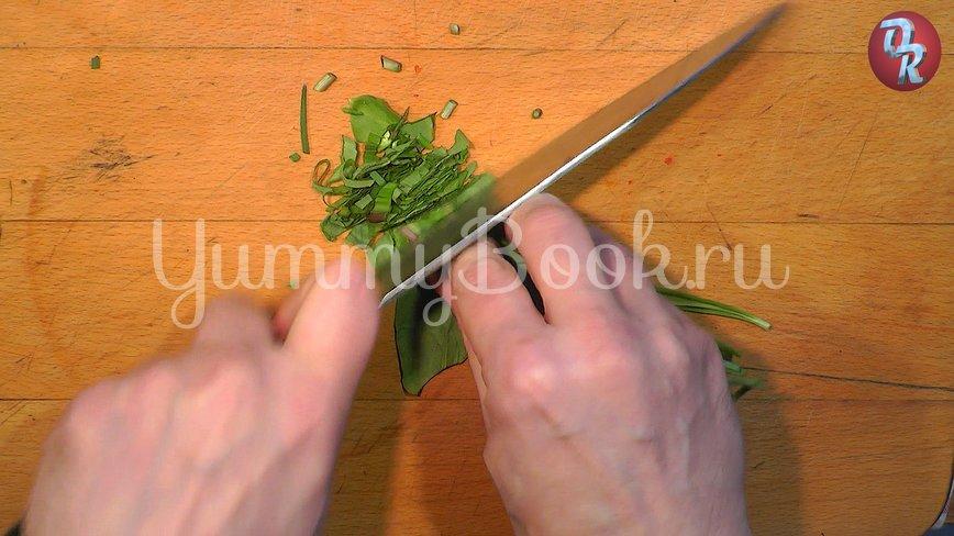 Яичный салат с черемшой и копчёной рыбой - шаг 2