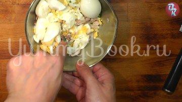 Яичный салат с черемшой и копчёной рыбой - шаг 6